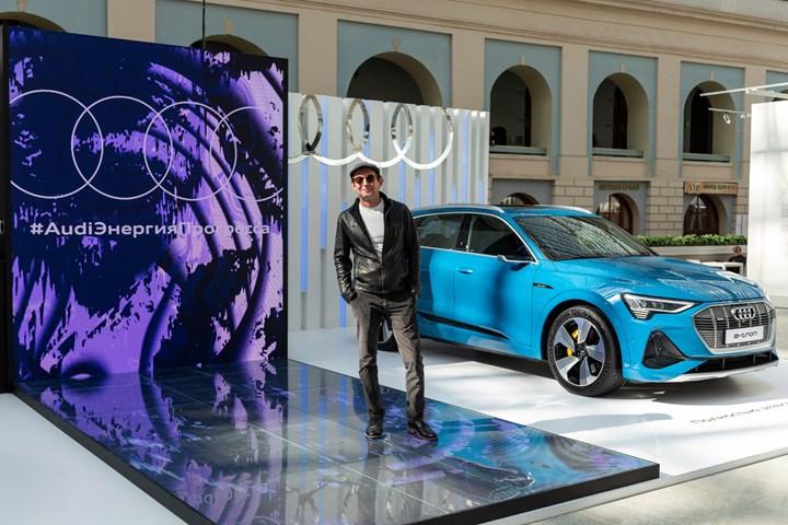 Сила энергии и прогресса: яркий дебют электрического SUV Audi e-tron и заряженного кроссовера Audi SQ8 на ярмарке современного искусства Cosmoscow